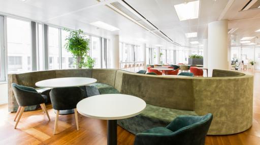Kantoor met groene zetels